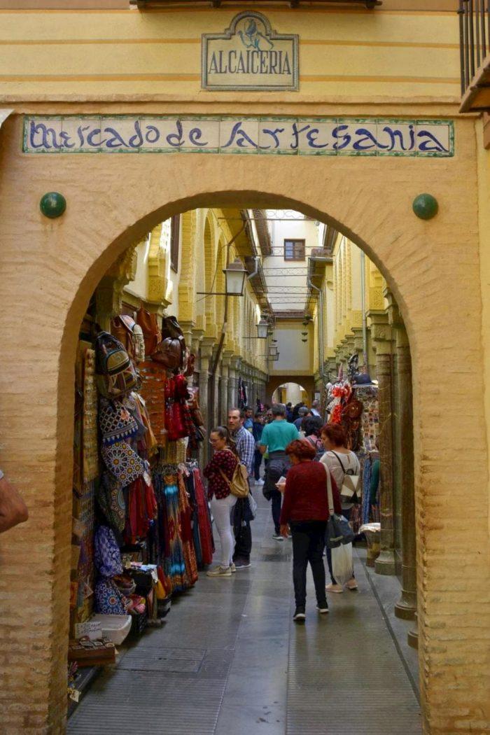Calles de la Alcaicería de Granada en el recorrido del free tour Granada