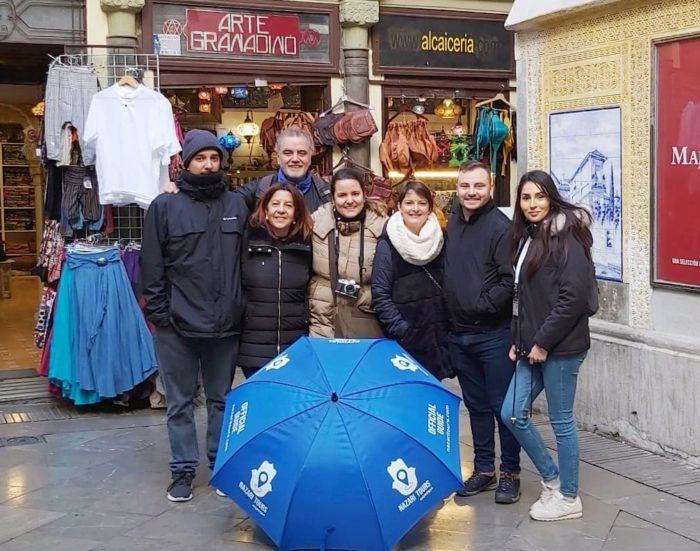 Grupo de visita guiada en la Alcaicería de Granada