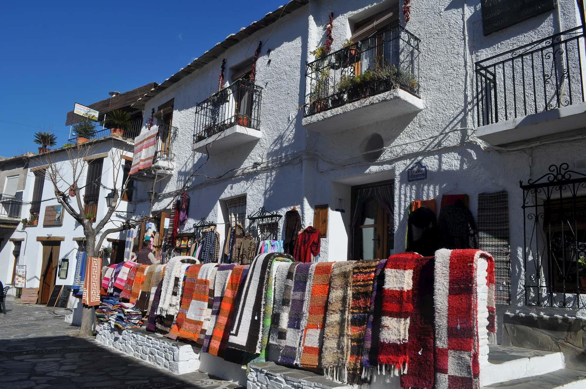 Calles y comercios artesanales en la Alpujarra de Granada