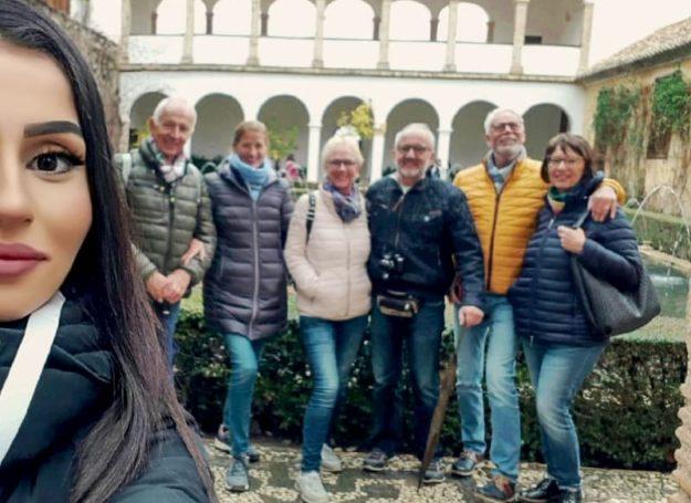 Grupo de visitantes a la Alhambra con guía oficial en alemán